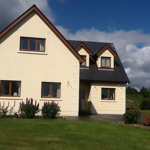 Solitude country village in Galway - Woodford - Huis