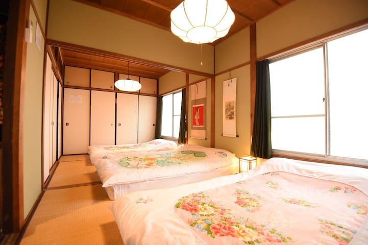140cm のダブルベッドが3つ  140 cm × 3 double size beds  and optional single futon.