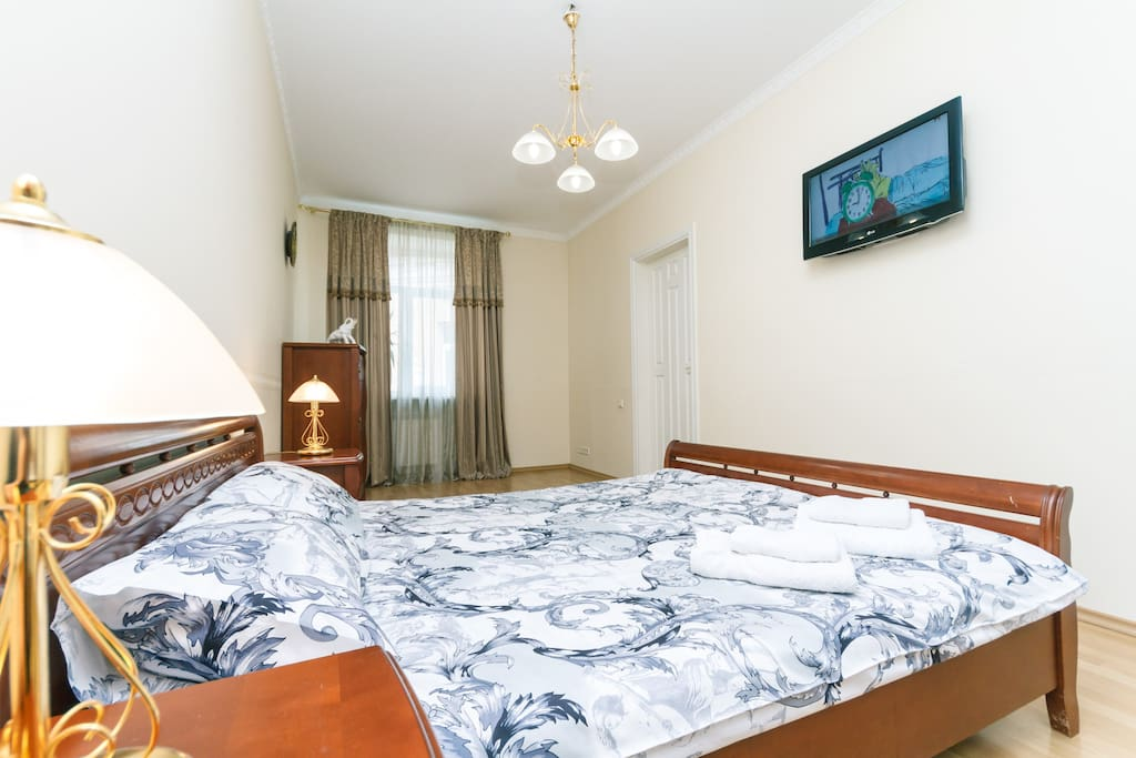 Beautiful apartment in the center of Kiev, directly near the metro Maidan Nezalezhnosti, on Independence Square, with one separate bedroom, living room, separate kitchen and a large bathroom with a corner bath and shower. Two air conditioners, two flat screen TVs, fully equipped kitchen