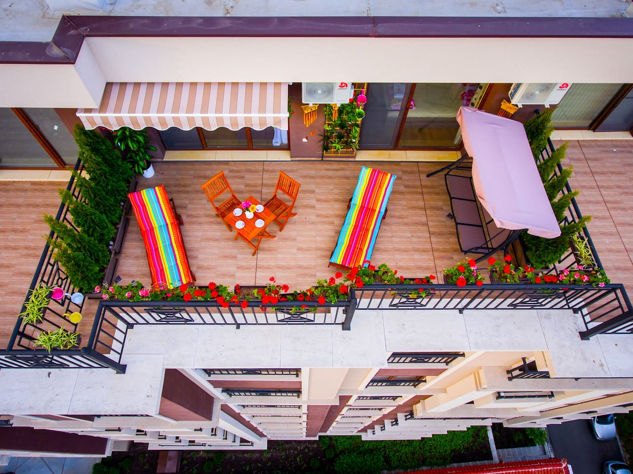The terrace is lovely with a size of 20 square meters. It is equipped with two sun loungers, a swing, a table and two chairs, as well as many beautiful flowers.