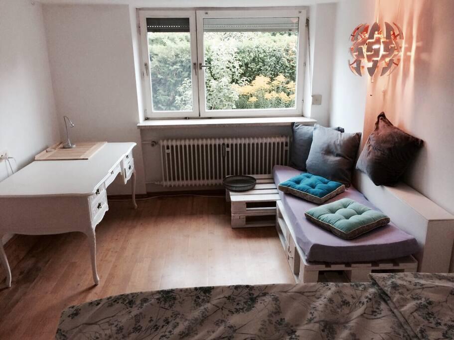 Kleine Couch und Arbeitstisch