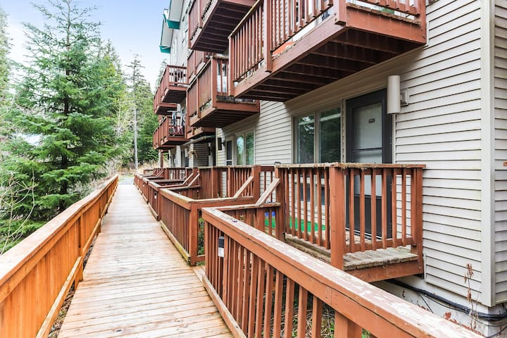 Ski-in/ski-out condo with balcony - one dog welcome!