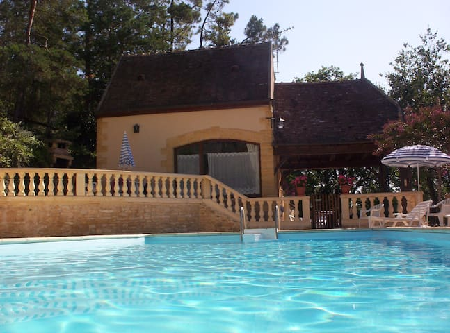 Sunny, poolside, beautiful stone cottage, garden - Auriac-du-Périgord - Huis