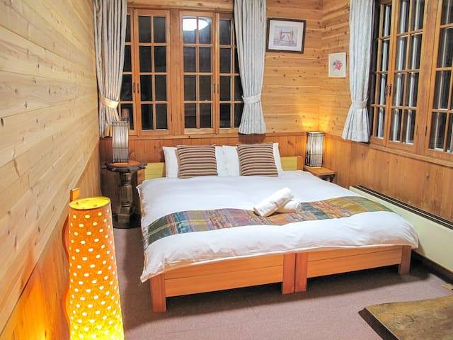 Kizuna Lodge: Queen room with private bathroom