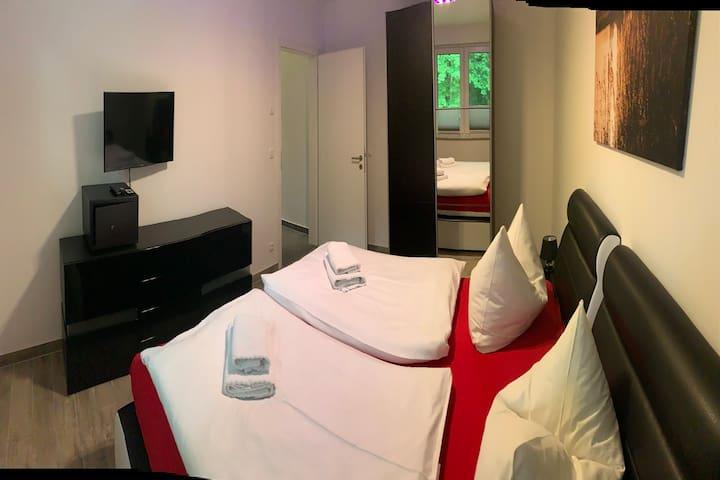 Schlafzimmer mit Boxspringbett im EG
