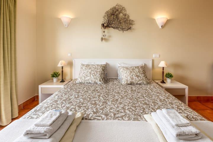 Slaapkamer met comfortabel tweepersoonsbed.