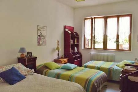 Guest House ( chambres d'hôtes) 2 PERS B&B 65 € - Cormatin - Bed & Breakfast
