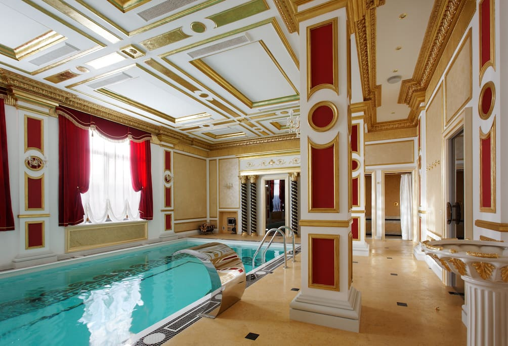Бассейн, вход в русскую баню и хаммам