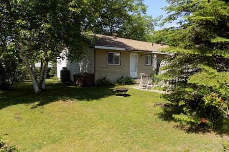 Balm Beach - Small 2 bedroom Family Cottage - Tiny - Cabin