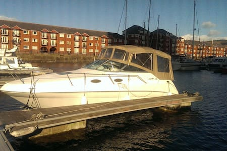 Cozy and charming power boat to stay on board - Swansea