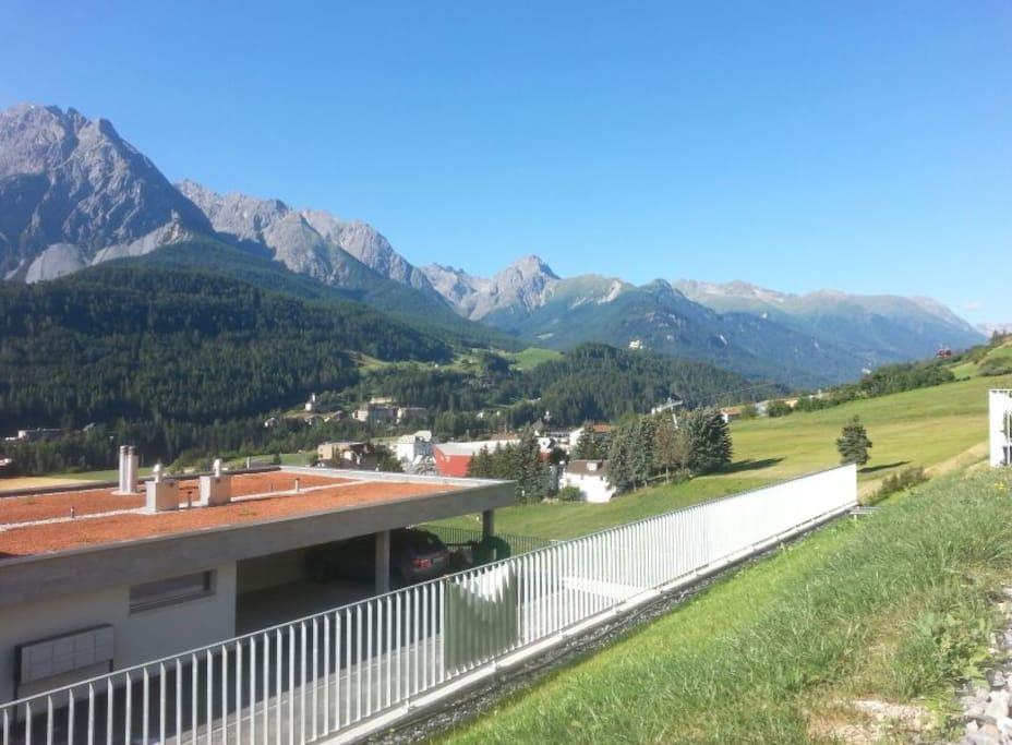 Aussicht vom Sitzplatz Richtung Bergbahn