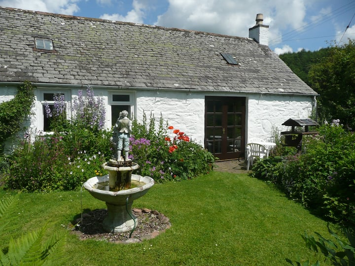 Clachan Cottage picturesque setting close to sea