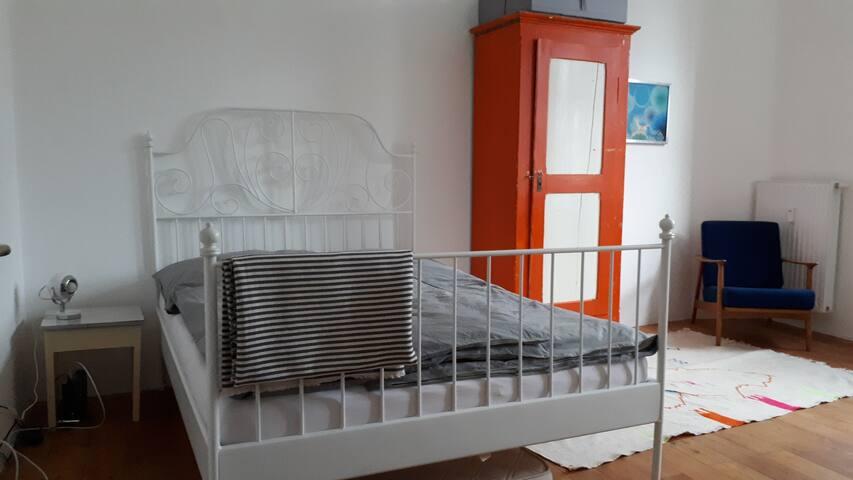 Zimmer mit eigenem Bad in zentraler Lage