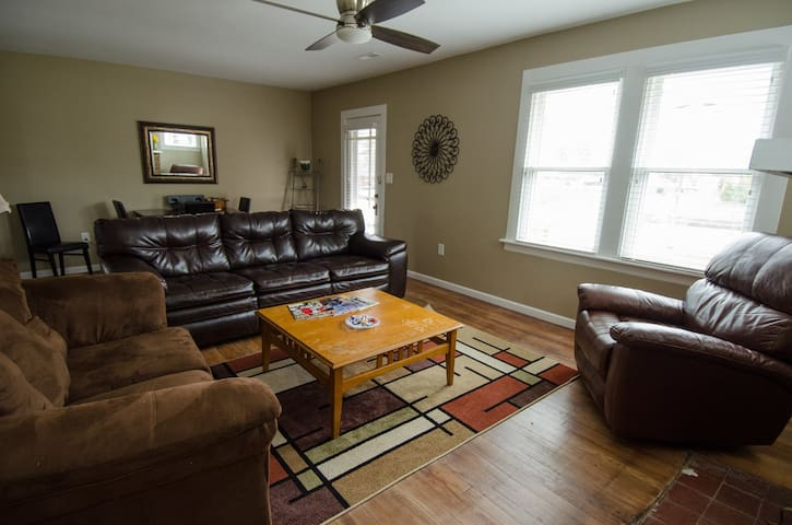 Cozy Downtown 3 Bedroom House!