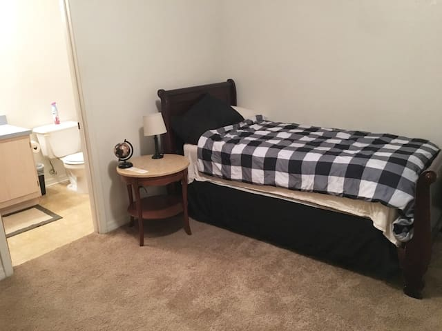 Cozy private bedroom/bath close to UF and town.