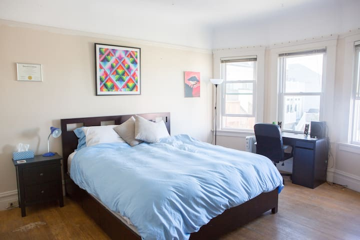 Spacious Private Bedroom in Marina!