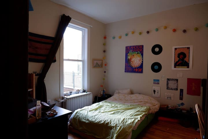 Beautifull Bright Room in the Mile-End!