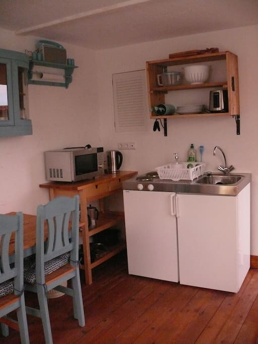 Kitchenette with microwave/oven, 2 hotplates, toaster, kettle and utencils