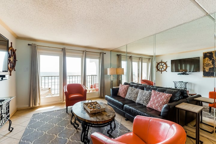 Waterfront condo w/ shared pool, shared hot tub, and beach access!