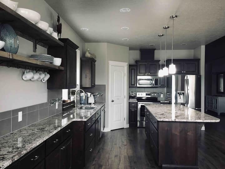 Beautiful home 4 minutes to Roaring Springs