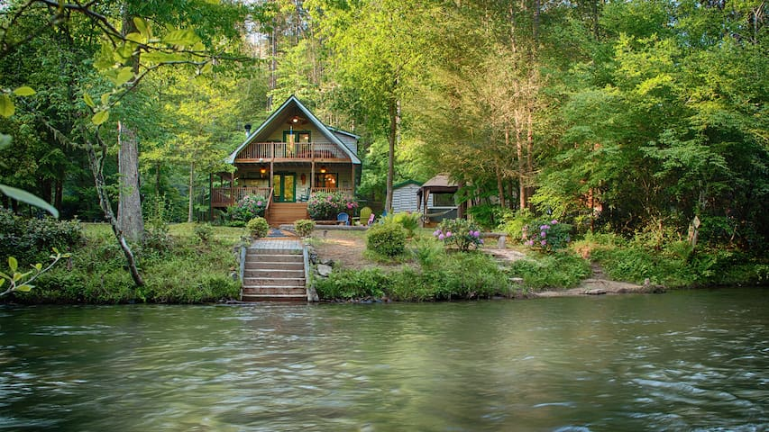 River Mist Log Cabin, Waterfront, Hot Tub, Fishing