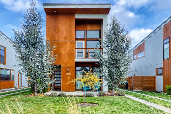 NEW LISTING! Bright & modern Bend home in a great Mill District location!
