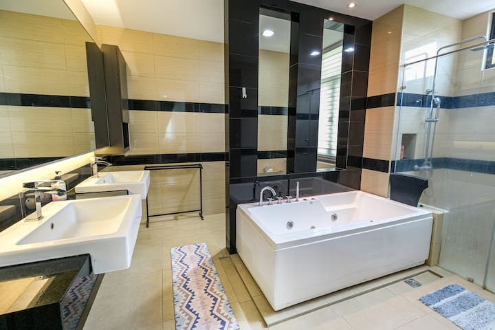 Clean and private bathroom/toilet for great shower
