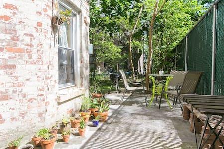 Sunny Brownstone Private Backyard - Brooklyn - Apartment