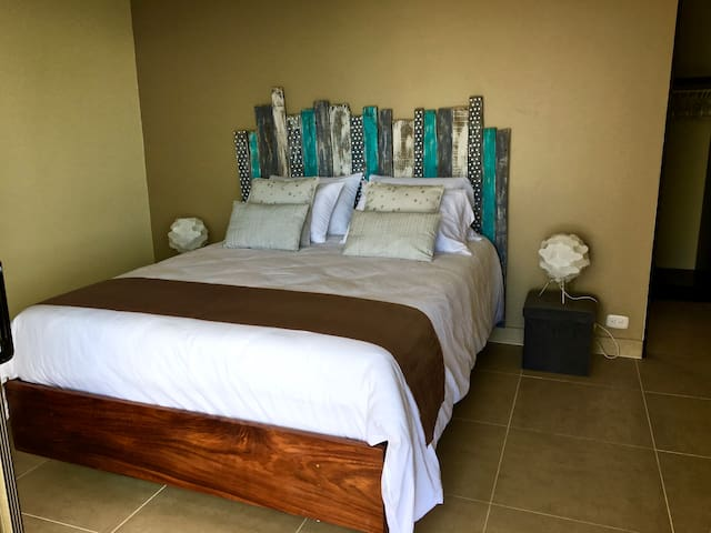 Fourth bedroom with 1 Queen size bed en-suite