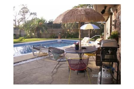 Poolside Paradise / 2  single  beds - Navarre - House