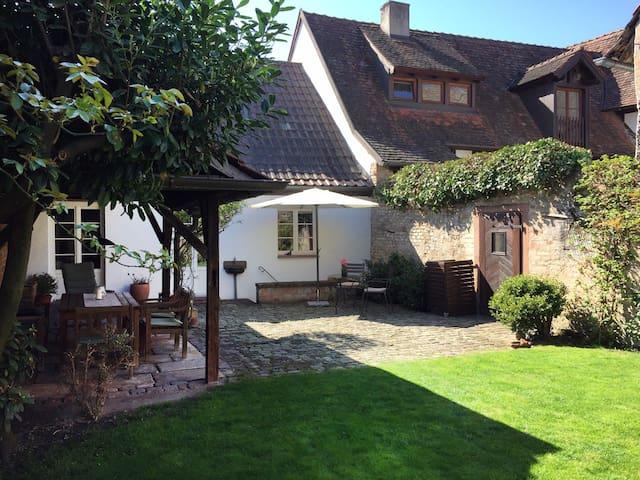 Komplettes Altstadthaus mit Garten