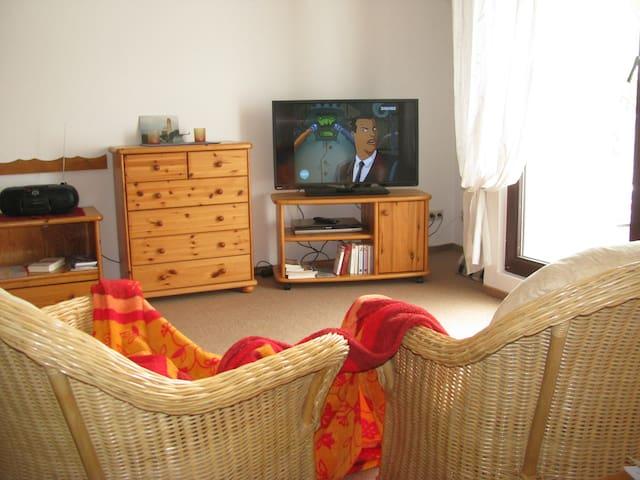 Gemütliche Wohnung bis 4 Gäste + Kinderbett WLAN, - Gustow/Rügen