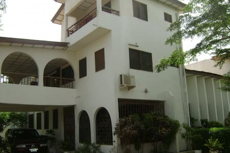 (2) private rooms in stylish home - Accra
