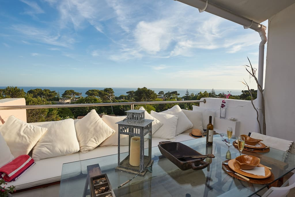 Gorgeous sea view from this great south facing balcony. Enjoy eating out or sunbathing from morning till evening.  Views over marina and up to Lisbon. You can see the Cristo Rei statue from this here and also our beautiful San Francisco(an) bridge.