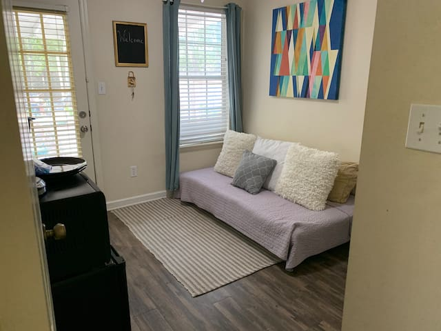Quaint room in South Tallahassee near airport