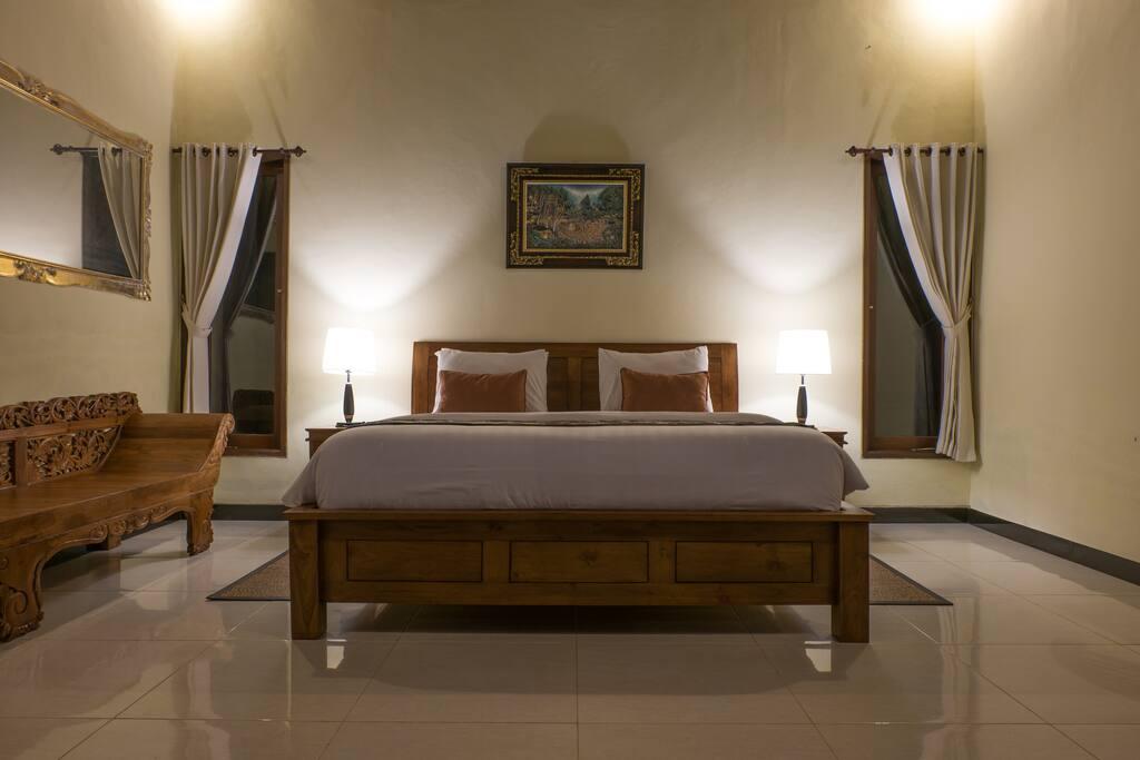 Comfort large double bedroom en - suite bathroom, high clean wooden ceiling