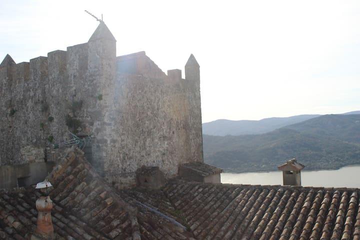 Casa dentro de un castillo medieval