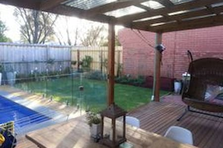 Stylish  Family Home with pool - Williamstown - Talo