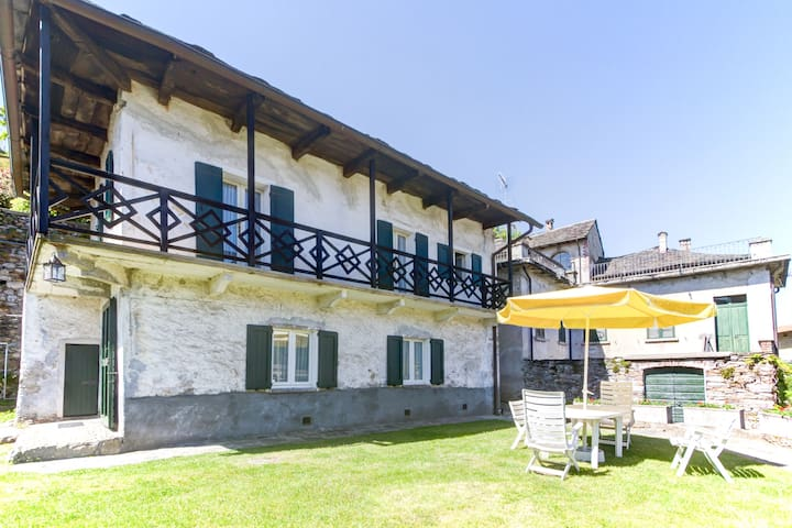 Double storey cottage in Count's mansion (Sleeps4) - Brolo - Casa