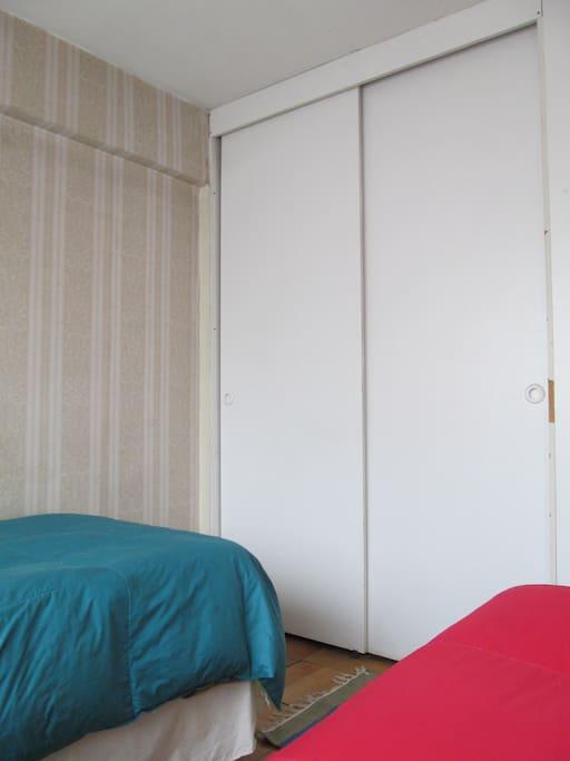 Dormitorio: Incluye clóset grande.