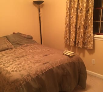 double bed cozy room. - Sewickley - Casa
