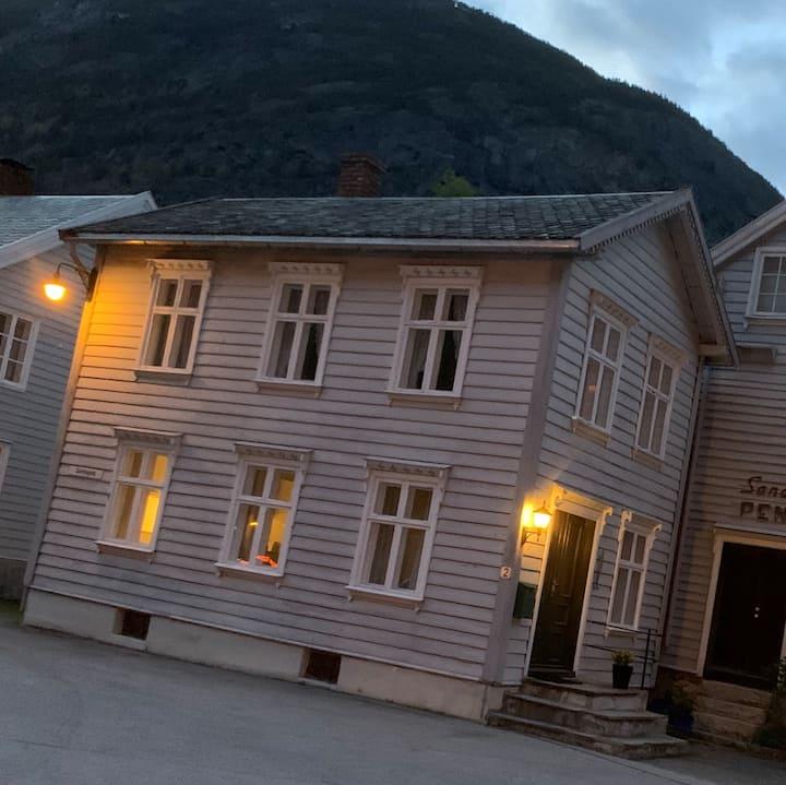 Sjarmerande hus i gamle Lærdalsøyri frå 1850