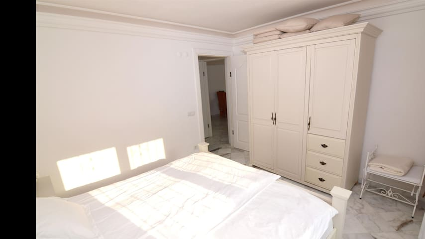 Large bedroom with twin beds