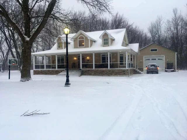 Lovely home located near Niagara attractions!