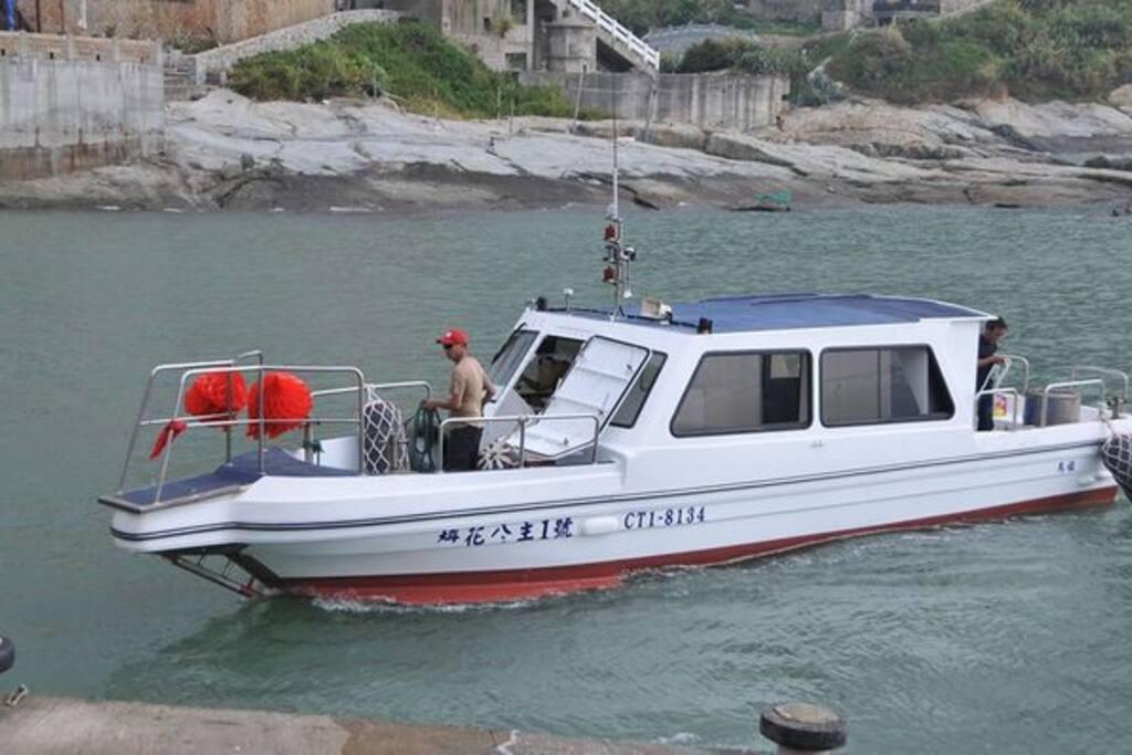 民宿名稱由來,附設梅花公主號娛樂船,可載客進行水上活動