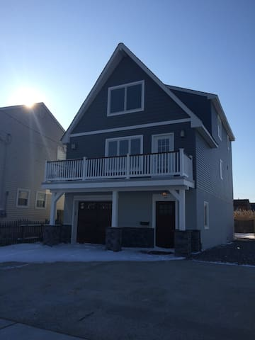 Manasquan. New 3BD Home 2 Blocks from Beach!