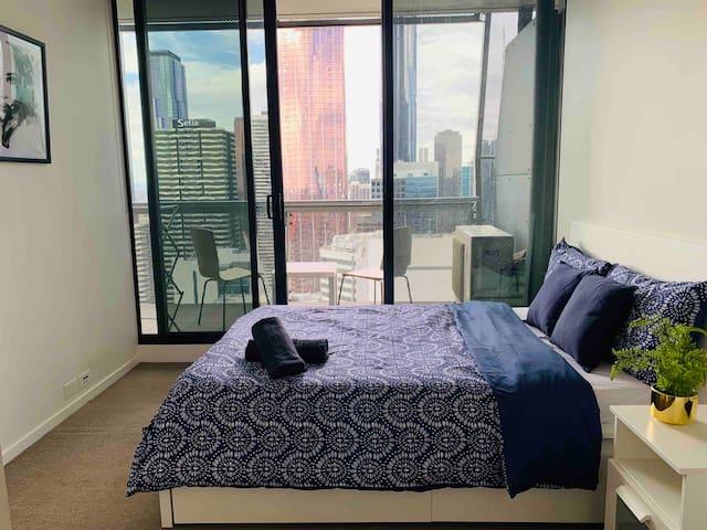 Luxury-Master Bedroom with Ensuite - Cityview -CBD