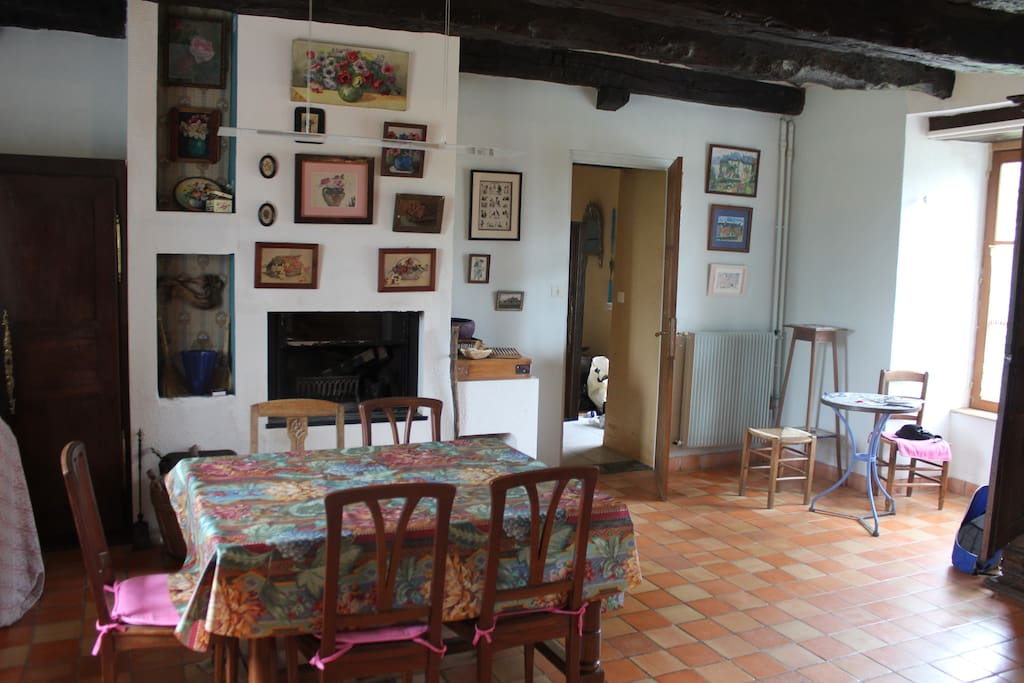 La cuisine salle à manger, centre de la vie de la maison. Elle donne directement sur le jardin.