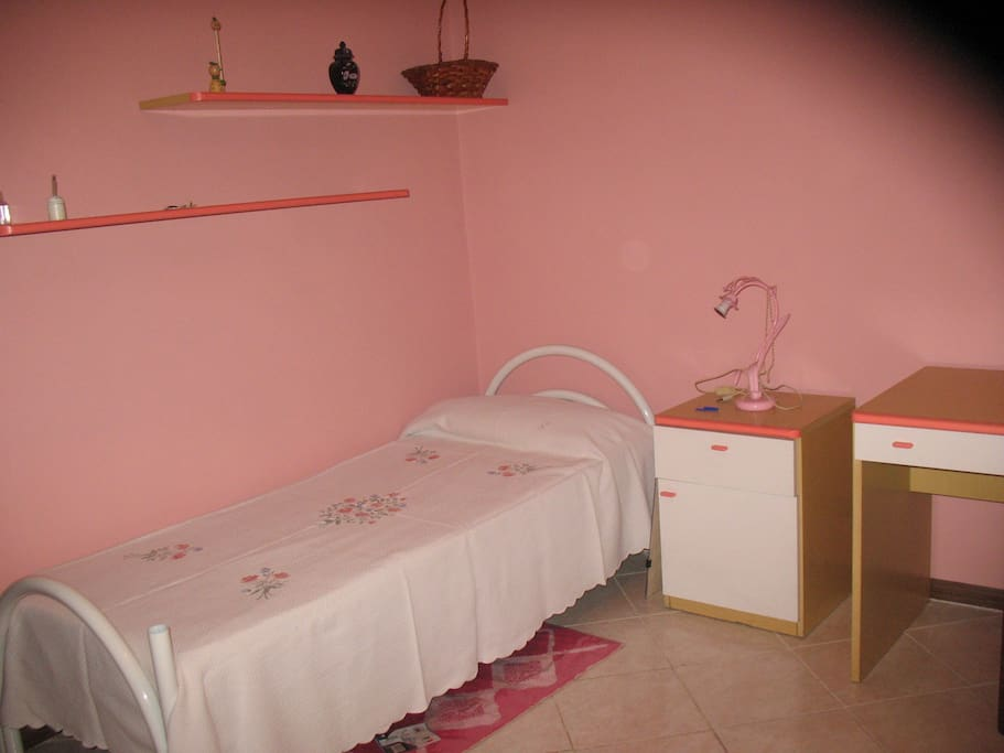 cameretta con due letti singoli o 1 matrimoniale  Bedroom 2 (2 single beds or a double)