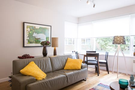 Modern One Bedroom Apartment - South Yarra - Byt